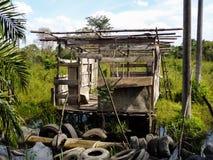 Oude hut en gebruikte rubberbanden Stock Fotografie
