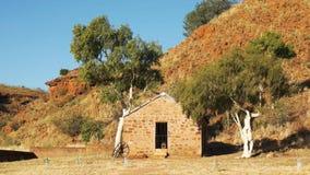Oude hut en spookgommen bij de telegraafpost over land in kruiwagenkreek stock video