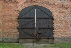 Oude ijzer massieve gesloten poort stock foto's