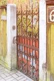 Oude ijzer roestige poort stock fotografie
