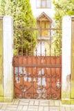 Oude ijzer roestige poort royalty-vrije stock foto's