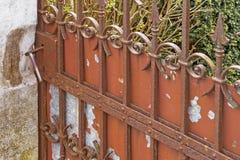 Oude ijzer roestige poort stock afbeelding
