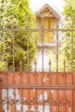 Oude ijzer roestige poort royalty-vrije stock fotografie