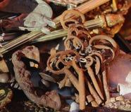 Oude ijzer roestige sleutels bij een vlooienmarkt in Portugal Oude goederenmarkt stock foto's