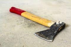 Oude ijzerbijl met houten rood en geel die handvat op witte achtergrond wordt geïsoleerd Handwork, arbeids en bouwconcept stock foto