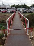 Oude ijzerbrug aan het parkeren Stock Foto
