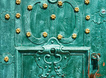 Oude ijzerdeur, gesmeed die en in groene kleur met gouden bloemen voor achtergrond, uitstekende stijl, retro elementen wordt gesc Stock Foto's