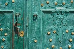 Oude ijzerdeur, gesmeed die en in groene kleur met gouden bloemen voor achtergrond, uitstekende stijl, retro elementen wordt gesc Stock Afbeelding