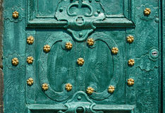Oude ijzerdeur, gesmeed die en in groene kleur met gouden bloemen voor achtergrond, uitstekende stijl, retro elementen wordt gesc Royalty-vrije Stock Foto