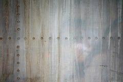 Oude ijzermuur met een klinknagel stock foto