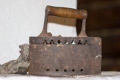 Oude ijzers op de steenkolen Stock Afbeelding