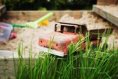 Oude ijzerstuk speelgoed auto stock fotografie