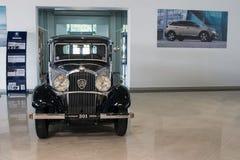 Oude inbare compacte sedan met vier cilinders - Peugeot 301, 1933 stock foto's
