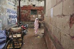 Oude Indische Dame in Varanasi stock foto's