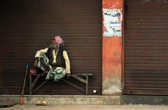 Oude Indische Mens op Bank Stock Foto