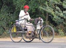 Oude Indische mens op fiets met handaandrijving Royalty-vrije Stock Foto