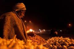 Oude Indische straatventer die in de winter roken Royalty-vrije Stock Foto