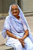 Oude Indische vrouw Het fotograferen van 25 Oktober, 2015 in Ahmedabad, India Stock Foto's