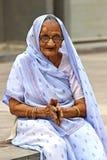 Oude Indische vrouw Het fotograferen van 25 Oktober, 2015 in Ahmedabad, India Stock Foto