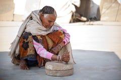 Oude Indische vrouwen bij molensteen het malen Royalty-vrije Stock Fotografie