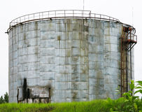 Oude industriële opslagtank met treden Stock Foto