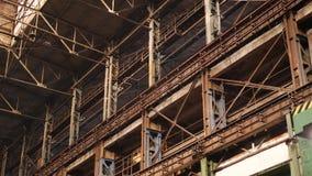 Oude industri?le zaal met metaalstralen onder plafond stock video