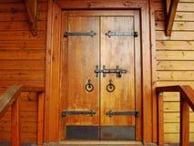 Oude ingangsdeur aan het blokhuis Kolomenskoyepark moskou royalty-vrije stock fotografie