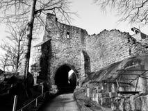 Oude ingangspoort aan de kasteelruïnes Royalty-vrije Stock Afbeeldingen