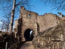 Oude ingangspoort aan de kasteelruïnes Royalty-vrije Stock Foto's