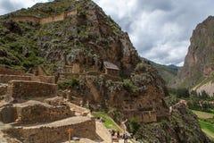 Oude inkavesting in Ollantaytambo, Peru op bewolkte dag maart 2019 royalty-vrije stock afbeeldingen