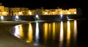 Oude Italiaanse Stad door het 's nachts Overzees Stock Afbeelding
