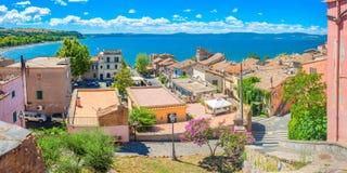 Oude Italiaanse stad op de kust van het meer stock afbeelding