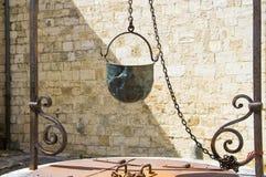Oude Italiaanse waterput met metaalemmer royalty-vrije stock afbeelding