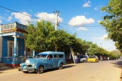 Oude jaren '50auto in de centrale straat van Vinales stock foto's