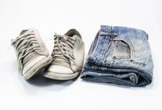 Oude Jeans en oude schoenen stock fotografie