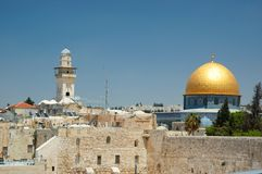 Oude Jeruzalem-Loeiende muur en Omar moskee Stock Foto's