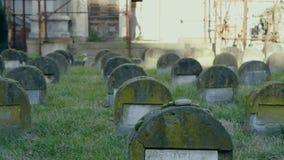 Oude Joodse graven in de begraafplaats stock videobeelden
