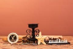 Oude kaarshouder, kompas, zeevaartsterschaak royalty-vrije stock afbeelding