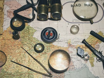 Oude Kaart met de Wereldreis van het Kompas Binoculaire Vergrootglas Stock Afbeelding
