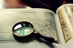 Oude kaarten en meer magnifier Royalty-vrije Stock Afbeeldingen
