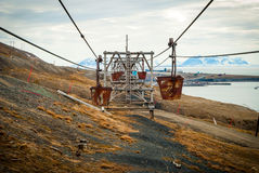 Oude kabelwagen voor steenkoolvervoer, Svalbard, Noorwegen Stock Foto's
