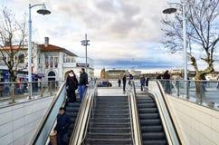 Oude Kadikoy-Pijler Nieuwe kadikoy-Kartal metrouitgang Kadikoy stock fotografie