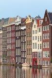 Oude kanaalhuizen in de Nederlandse hoofdstad Amsterdam stock fotografie