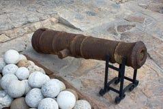 Oude kanon en steenkanonskogel Stock Foto