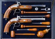 Oude kanonnen in een doos Stock Foto