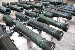 Oude kanonnen in het Kremlin stock afbeeldingen