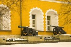 Oude kanonnen in Moskou het Kremlin Kleurenfoto Stock Foto