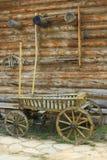 Oude kar dichtbij de muur van het huis Stock Foto's