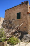 Oude kar dichtbij een eenvoudig gebouw Royalty-vrije Stock Fotografie