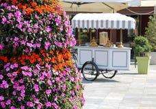 Oude kar van roomijs voor de verkoop van roomijs en bloemen Royalty-vrije Stock Afbeelding
